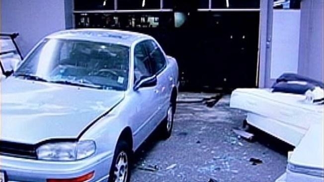 Camas frenan auto en una tienda