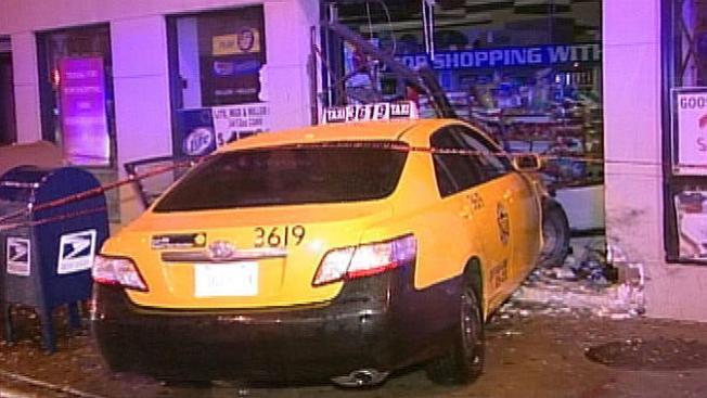 Taxi contra tienda, impacta mujer a su paso