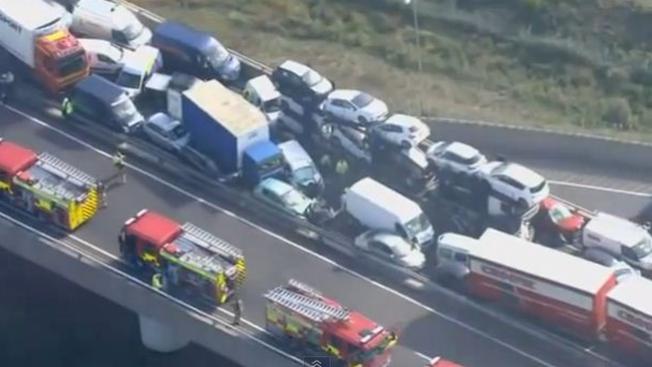 Brutal colisión de más de 100 autos