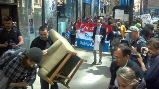 Sacan a protestantes de un banco