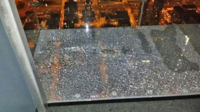 Susto al estrellarse cristal en piso 103