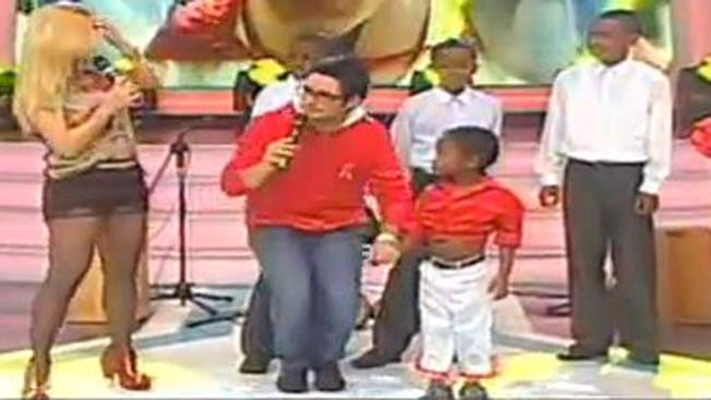 Presentadora niega beso a niño negro
