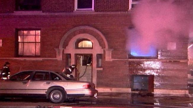 Rescatados del fuego por oficiales
