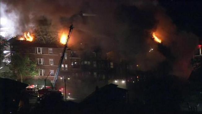 Incendio destruye edificio en Oak Park