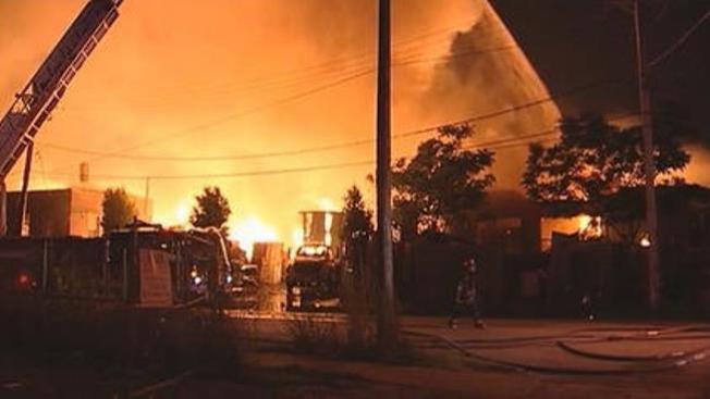 Incendio destruye almacén en La Villita