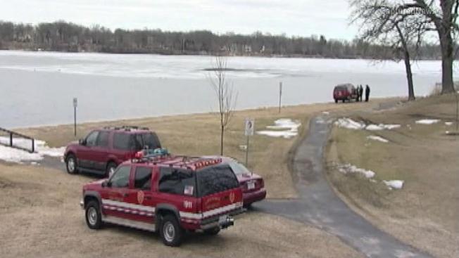 Rescatan a jóvenes de lago congelado