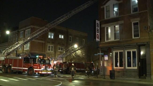 Las llamas consumen un centenario restaurante en Bucktown