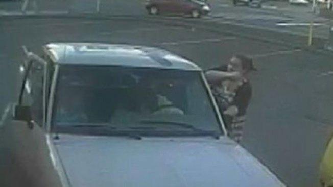 Impacto: Mujer roba dos niñas y un auto