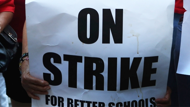 Más maestros en huelga