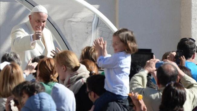 El Papa invita a niños al papamóvil