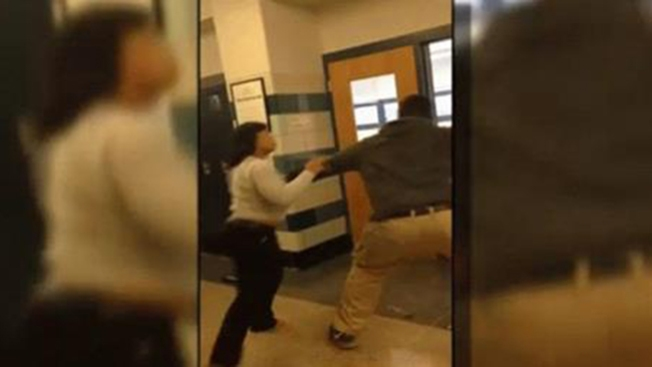Brutal pelea entre maestra y estudiante