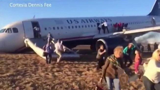 Evacúan avión tras accidente en la pista