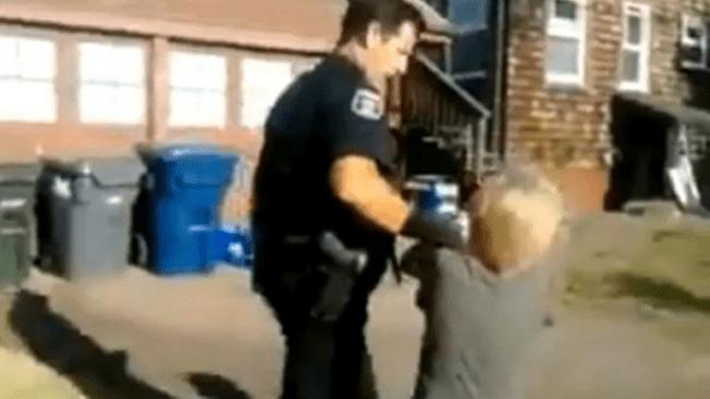 Policía pega a un niño de 8 años