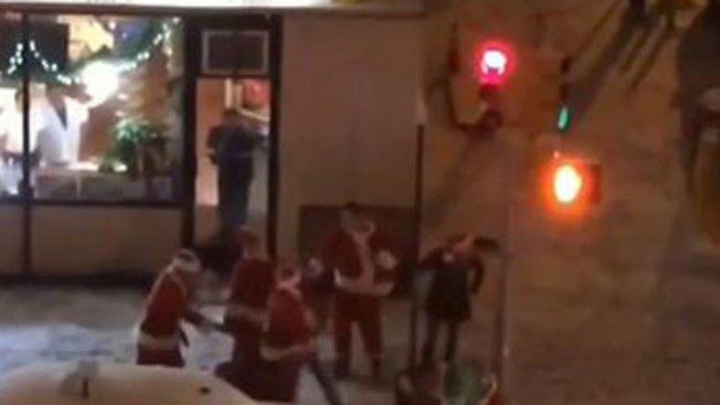 Brutal pelea de Santas en la calle