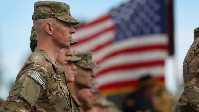 Beso de soldado desata guerra