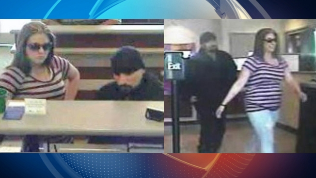 Mujer sonríe tras asalto de banco