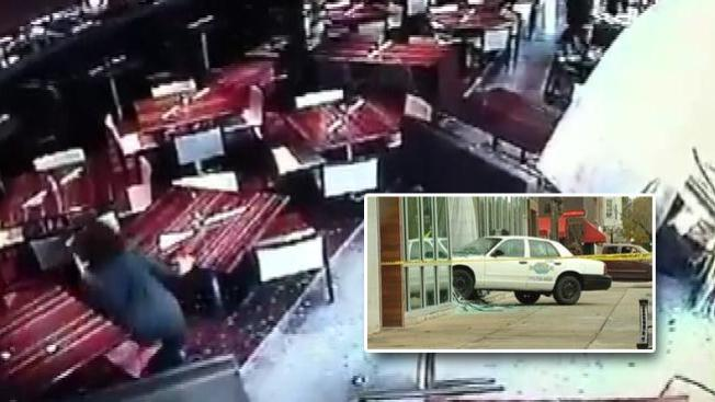VIDEO: Taxi se estrella en un restaurante