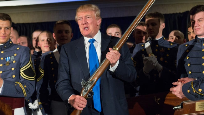 Luego de masacre, Trump insiste con las armas