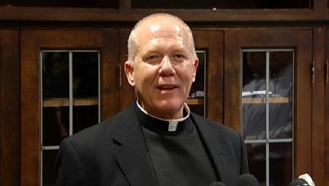 Reincorporan a sacerdote acusado de abuso