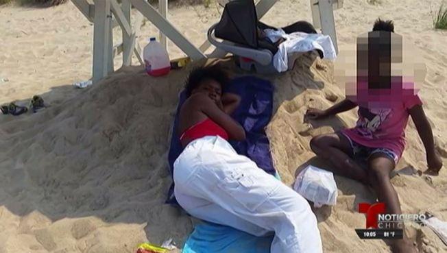 Salvavidas se toma siesta en pleno turno