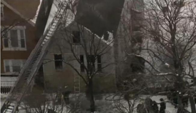 Tres bomberos heridos en incendio