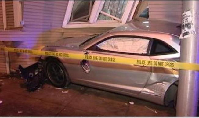 Automóvil se incrusta en un edificio