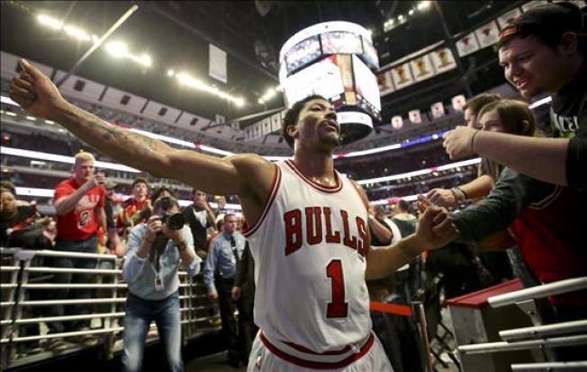Derrick Rose se somete a cirugía en Chicago