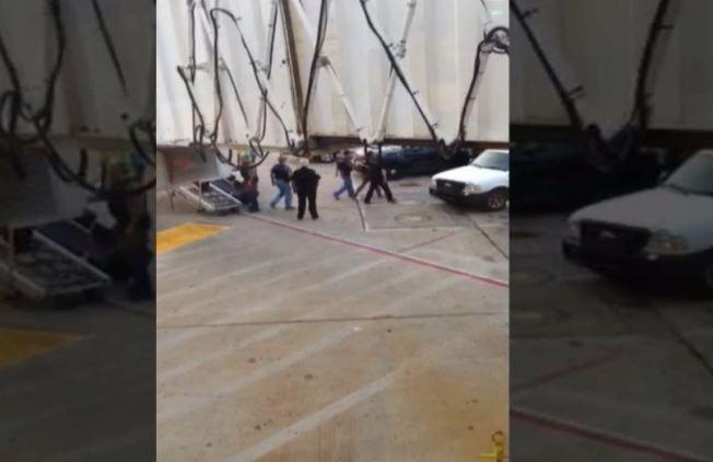 Arrestan pasajero por pelea en avión
