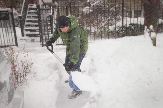 Siete consejos para palear la nieve y evitar percances médicos