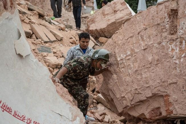 Drone vuela sobre destrucción en Nepal
