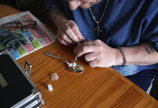 Arrestan a hispano tras hallazgo de heroína en Crystal Lake