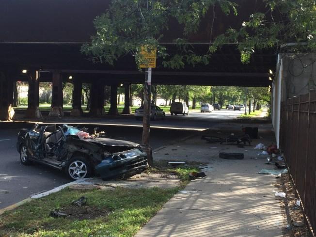 Auto se despedaza al chocar en Garfield Park