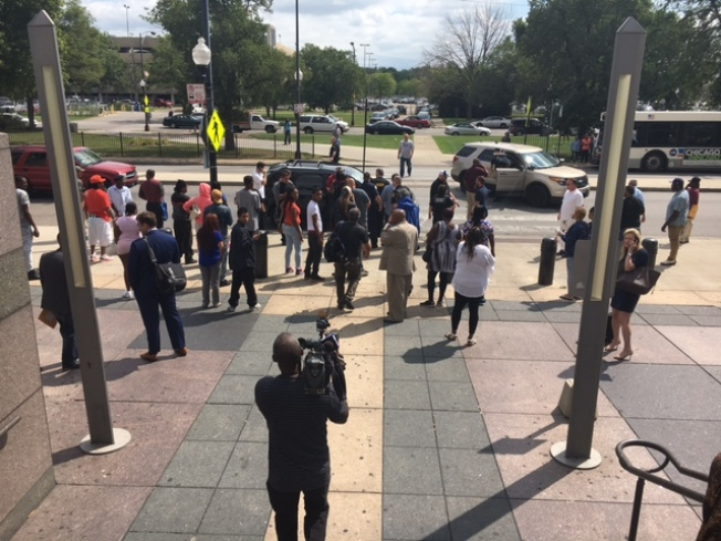 Abandonan hombre baleado frente a la corte en La Villita