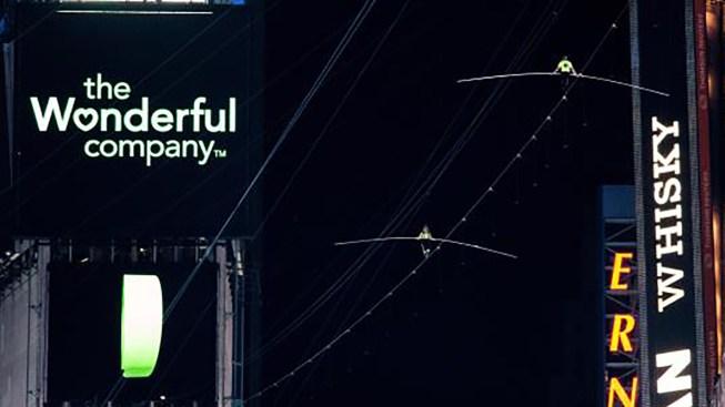 Nervios de acero: hermanos cruzan Times Square por cable a 25 pies de altura