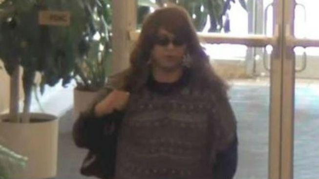 Hombre vestido de mujer roba banco