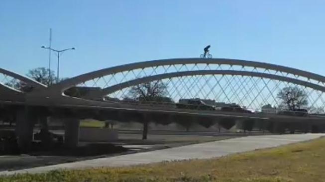 Ciclista desafía la muerte en un puente