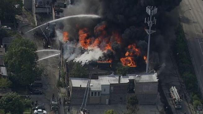 Combaten intenso incendio en edificio