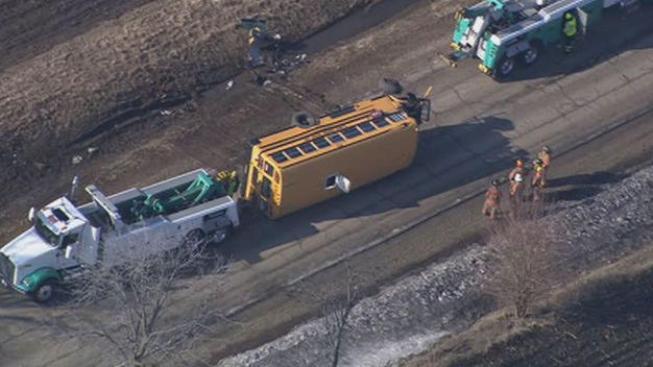Tres heridos al volcar autobús escolar