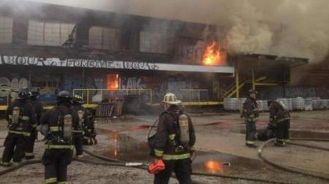 Masivo incendio consume almacén