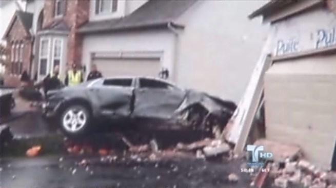 Joven impacta auto en casa