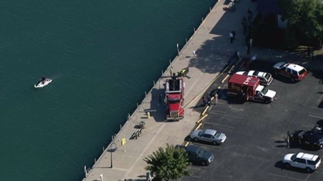 Cae auto en aguas del lago en Waukegan
