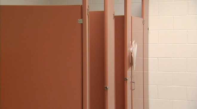 Peligroso juego en baños de escuela