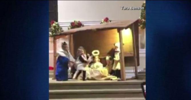 Viral: niñas pelean por el niño Jesús en plena iglesia}