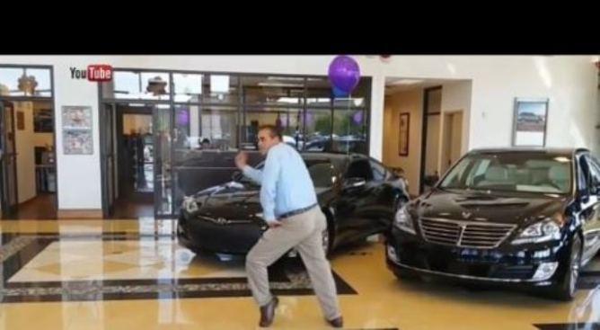 Vende un auto y baila enloquecido