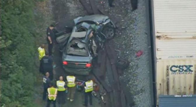 Automóvil choca contra tren en Gary