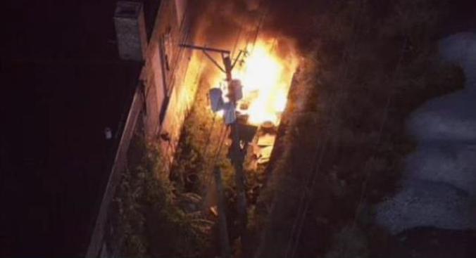 VIDEO: Vehículo envuelto en llamas