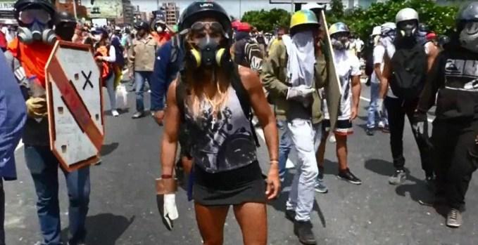 """La """"Mujer Maravilla"""" de las protestas en Venezuela"""