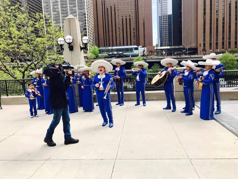 ¡Feliz 5 de mayo les desea la familia de Telemundo Chicago!