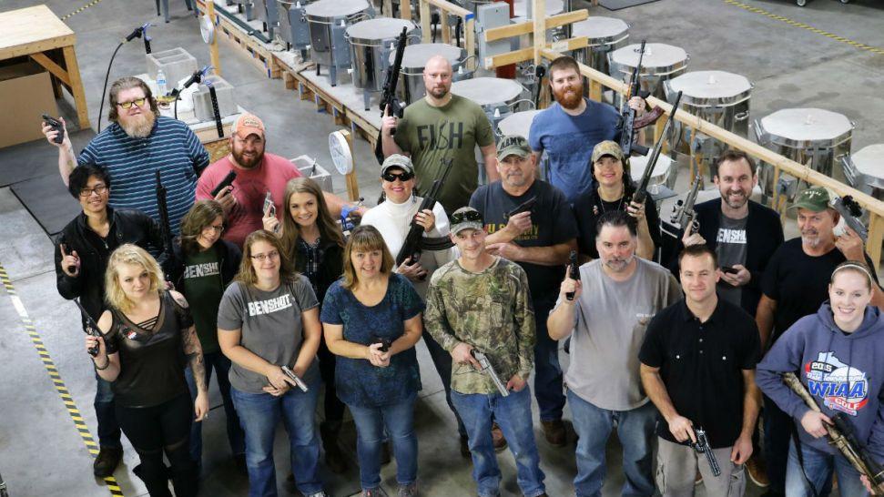 Empresa en Wisconsin regala de Navidad armas a sus empleados