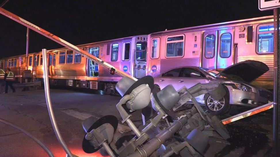 Feroz choque de auto contra tren: escapan pasajeros en Cicero